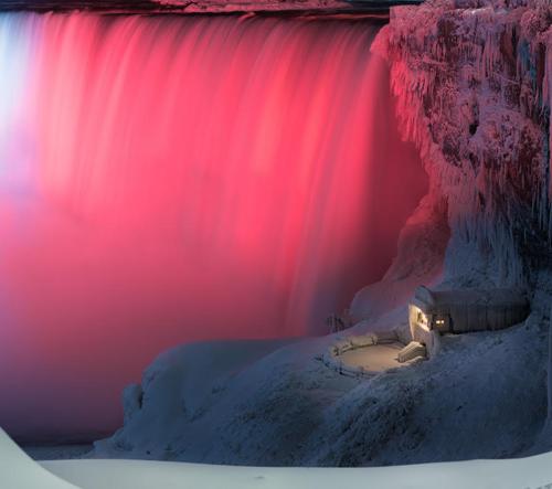 Zamrzlé a nasvětlené Niagarské vodopády na fotkách Adama Klekotky