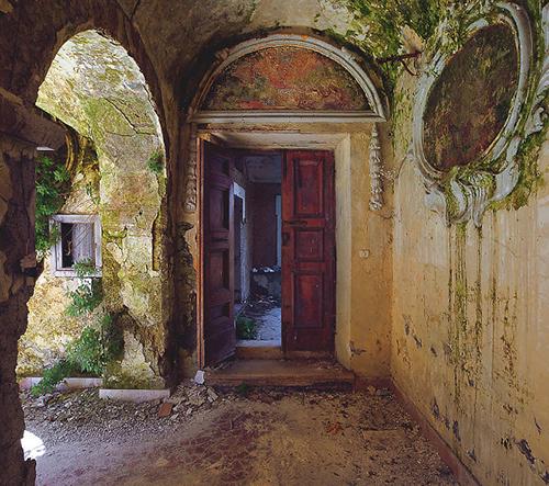 Fotograf Cristian Lipovan zachytil krásu opuštěného kláštera v Itálii