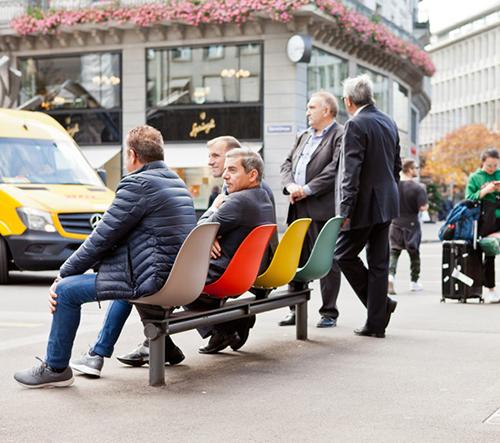 VITRA oslavuje všestrannost plastových židlí Eames