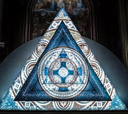 Philipp Frank vytvořil v mnichovském kostele video instalaci Trinity