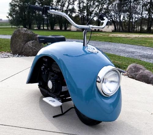 Brent Walter vyrobil z dílů legendárního brouka roztomilé motorky