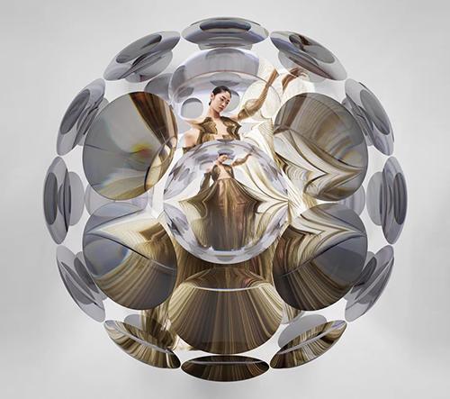 Vincent Leroy vytvořil pro Iris Van Harpen hypnotizující prezentaci její kolekce