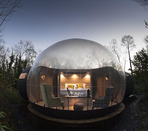 Průhledné kopule v Irsku nabízejí hostům možnost spát pod hvězdnou oblohou