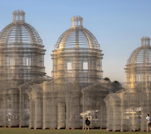 Edoardo Tresoldi postavil na festivalu Coachella tři katedrály z pletiva