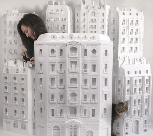 Camille Ortoli vyrábí z papíru velmi podrobné rekonstrukce slavných pařížských staveb