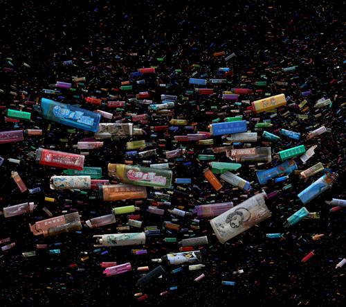Fotograf vytváří snímky dokumentující pandemii plastů ve světových vodách