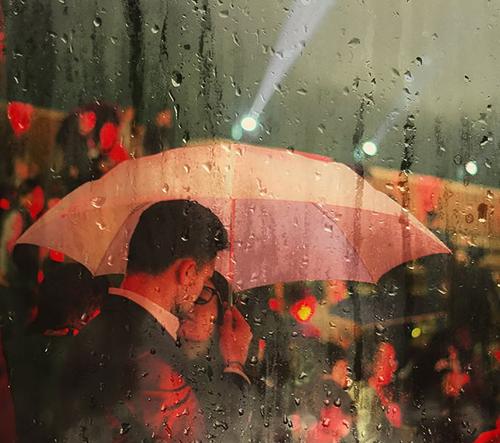Italský fotograf zachycuje lidi v dešti ve své sérii Raindrop Blues