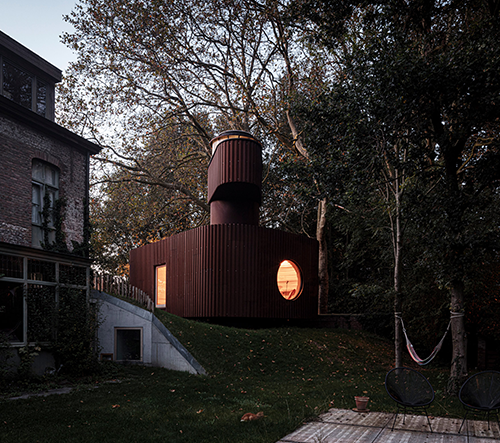 Atelier Vens Vanbelle navrhlo v Belgii kovový domek s vyhlídkovou věžičkou