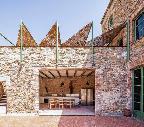 Architekti Anna & Eugeni Bach transformovali starou továrnu na čokoládu v opravdový skvost