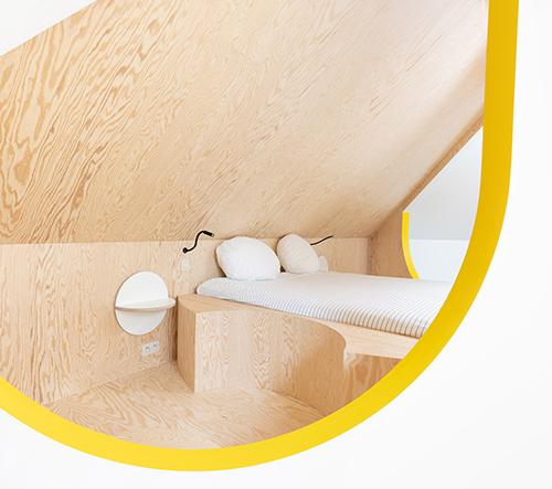 Studio Van Staeyen Interieur Architecten přetvořilo staré podkroví rodinného domu ve svěží prostor
