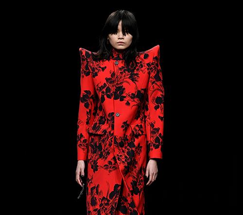 Balenciaga představila na pařížském týdnu módy novou apokalyptickou kolekci