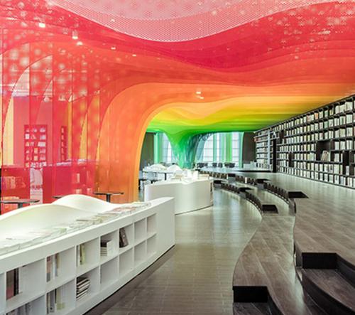 Čínské knihkupectví zdobí vlnící se kovová duha