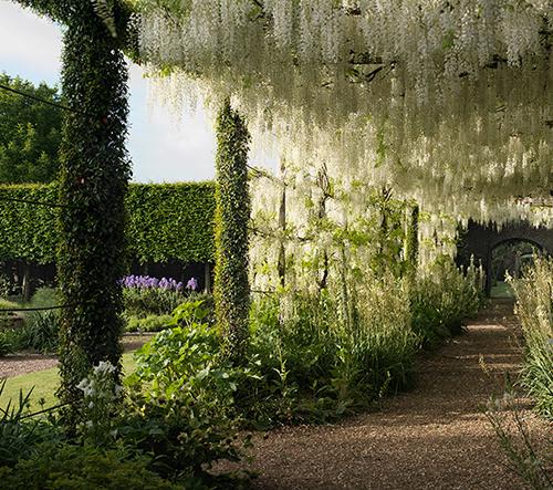 Zahrada středověkého sídla je intimní, romantickou a bujnou oázou