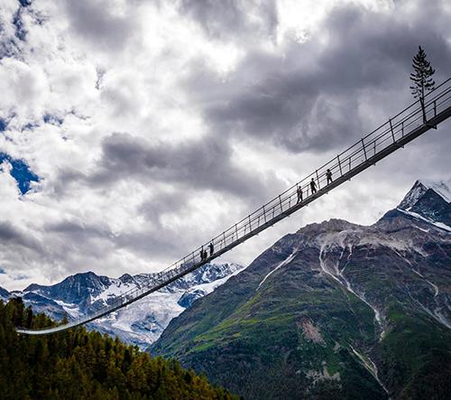 Nejdelší mostu pro pěší na světě prochází švýcarským údolím