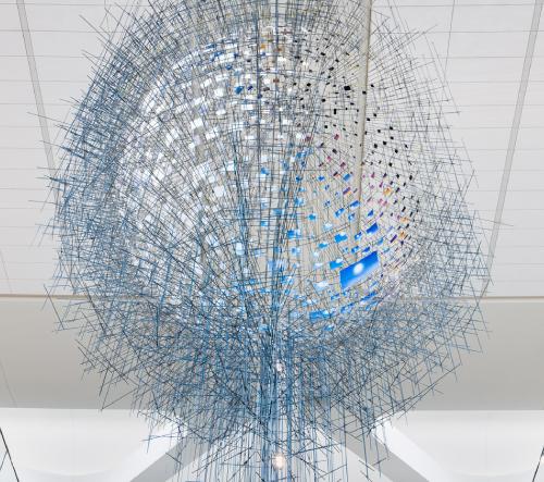 Sarah Sze navrhla obrovský sférický objekt ze stovek fotografií nebe New Yorku