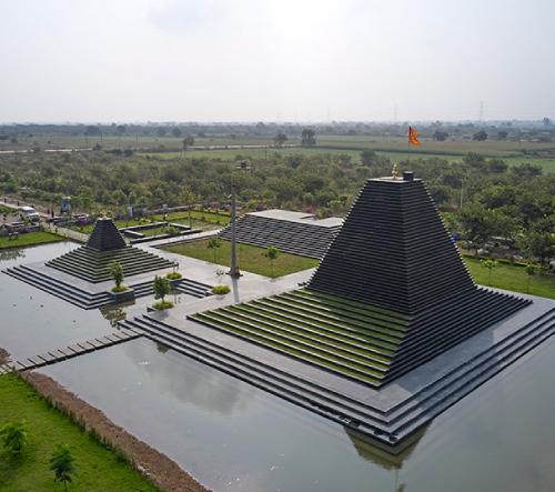 Studio sP+a postavilo chrám v Indii s vápencovým oltářem