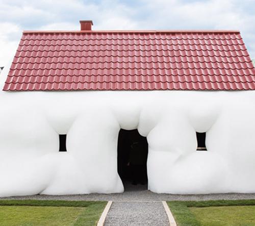 Erwin Wurm vystavuje ve Vídni svůj Tlustý dům