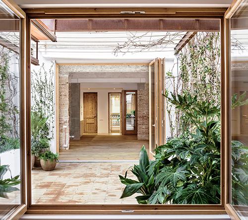 Carles Enrich propojuje interiér a exteriér v domě v Barceloně