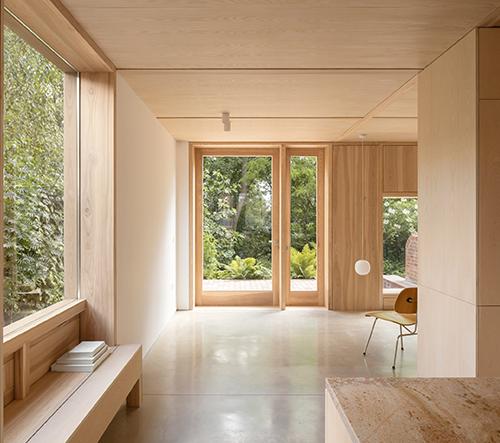 Studio O'Sullivan Skoufoglou Architects navrhlo v Londýně útulný dům plný dřeva