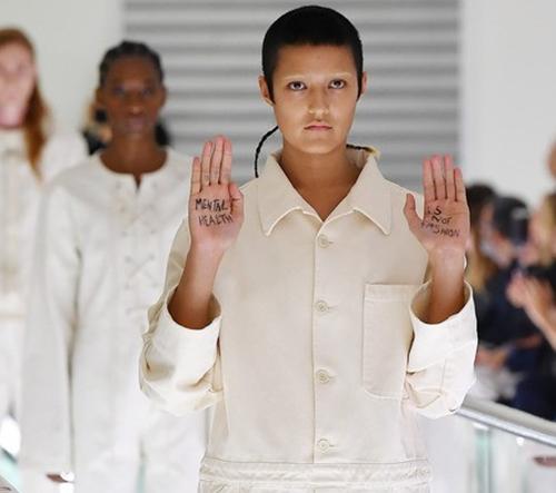 Na kontroverzní prohlídce Gucci modelka vyjádřila svůj nesouhlas s novou kolekcí