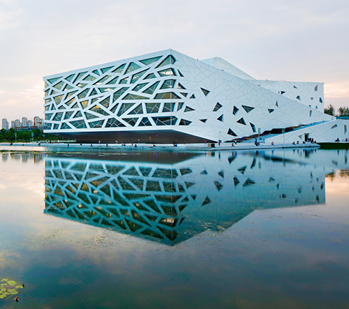 Studio Henning Larsen dokončilo v Číně stavbu opery ve tvaru ledovce
