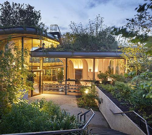 Heatherwick postavil lidem s rakovinou zařízení Maggie's se 40 000 rostlinami