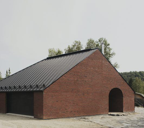 Atelier Barda navrhl v Qubecu minimalistický dům v přírodě s pracovním zázemím