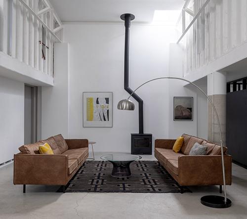 Studio Clancy Moore Architects proměnilo sklad v Dublinu v úžasné moderní bydlení s retro prvky