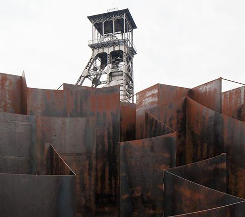 V belgickém Genku postavili v bývalém uhelném dole zábavný kovový labyrint