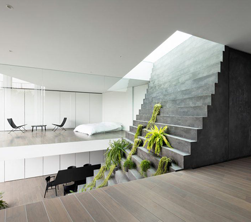 Studio Nendo navrhlo v Tokiu dům rozdělen výrazným centrovaným betonovým schodištěm