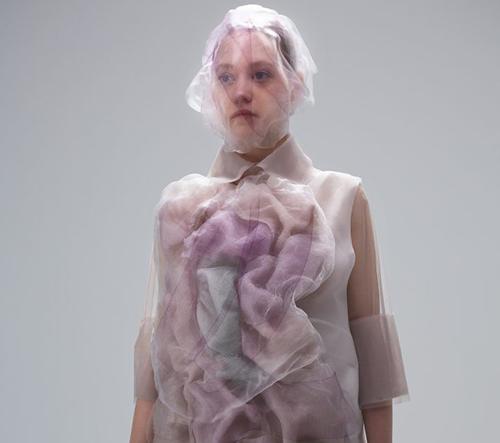 Designérka Ying Gao navrhla robotické oblečení, které reaguje na chromatické spektrum