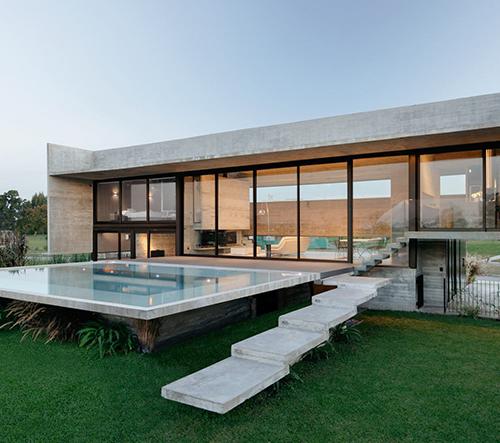 Luciano Kruk navrhl v Argentině monolitickou vilu Escobar House