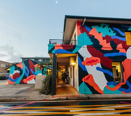 Kolektiv umělců oživil městskou část s podmanivými nástěnnými malbami