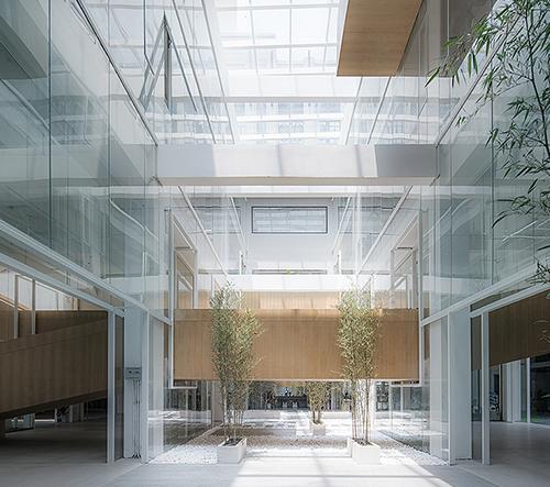 LYCS Architecture přeměňuje čínský textilní sklad na víceúčelovou kancelářskou budovu