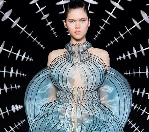 Iris van Herpen imituje ve své nové kolekci stav hypnózy