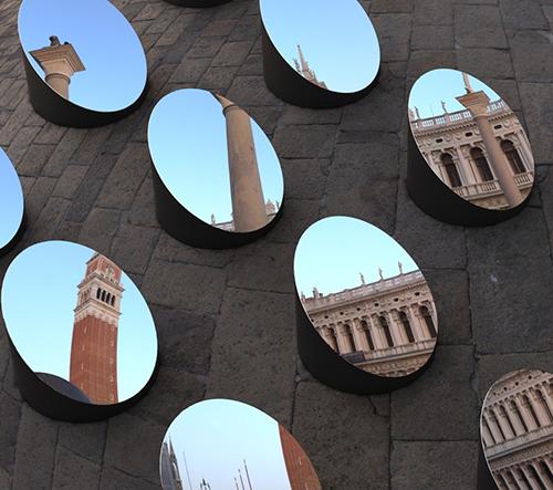 Azimut je instalace Arnauda Lapierra, která ukazuje krásu benátské architektury v pohyblivém spektru