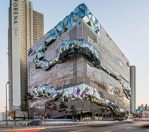 OMA postavila v Jižní Koreji obchodní dům se skleněnými vyhlídkami na fasádě