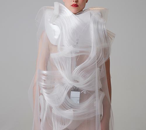Módní návrhář Ying Gao představuje svou kolekci interaktivního oblečení