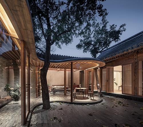 Arch Studio navrhlo v pekingském hutongu dům s vlnitými skleněnými zdmi
