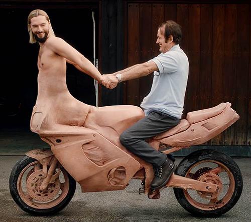 Salvatore Ganacci má videoklip s polovičním mužem a poloviční motorkou
