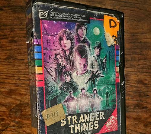 Steelberg tvoří retro video kazety jako z 80. let