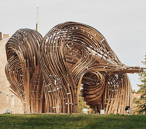 Na architektonickém bienále v Tallinnu vyrostla spletitá dřevěná instalace
