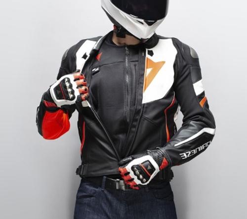 Dainese vyvinuli pro motorkáře vestu Smart Jacket s integrovanými airbagy