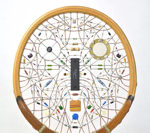 Leonardo Ulian vytváří v retro tenisových raketách hravé elektronické tváře