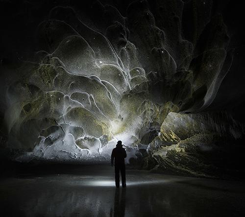 Paxson Woelber nafotil dechberoucí fotky zkrystalizované ledové jeskyně na Aljašce