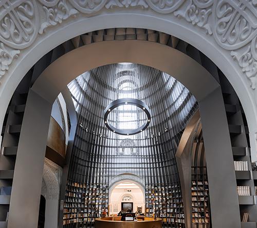 Wutopia Lab přestavělo kostel v Šanghaji v moderní knihkupectví