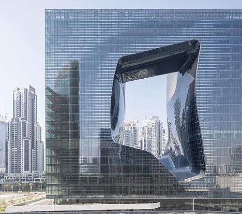 V Dubaji otevřeli proděravělý hotel Opus navržený včetně interiéru Zahou Hadid